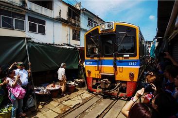 【泰國包車】美功鐵道市場、安帕瓦水上市場、螢火蟲一日遊