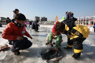 ❄冬季限定一日團-冰上釣魚+玩雪兜+採草莓❄