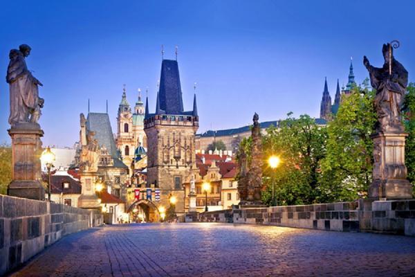 【選便宜】捷克童話小鎮、迴轉小火車主題餐廳、夜泊布拉格3晚8日