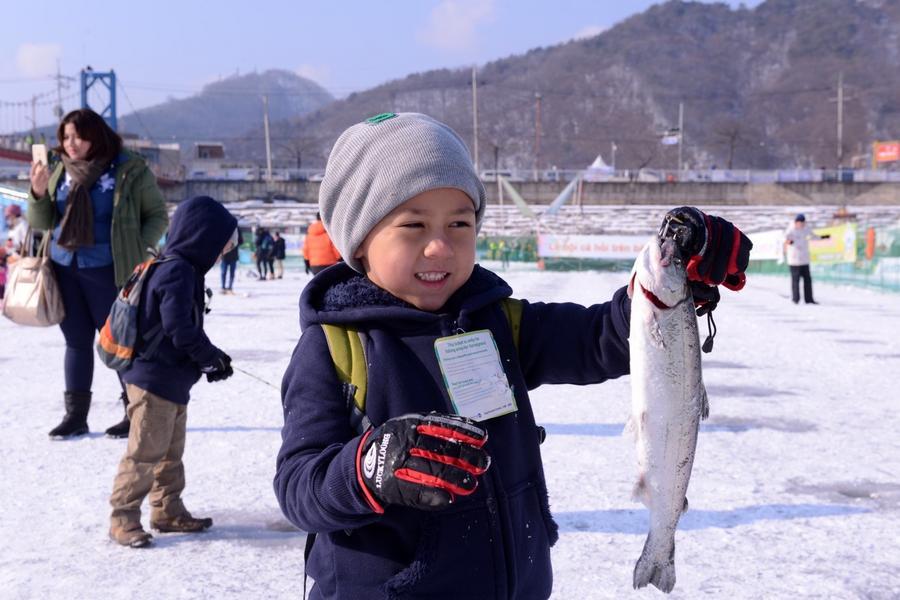 【華川冰雪祭】五星希爾頓2晚~冰釣鱒魚.變裝遊古宮.採果樂.光明洞窟