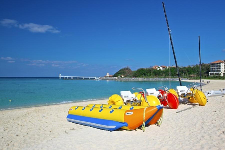 【沖繩 暑假限定】香蕉船High翻天、玻璃底船、瀨長島Umikaji Terrace、古宇利Ocean Tower 超值四日 ( 華航 晚去晚回 )
