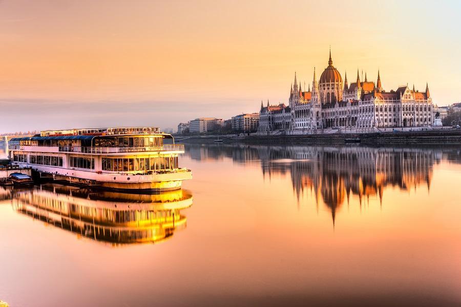 【賺很大】奧捷斯匈、回程晚機、湖區漫遊、遊船、交響情人夢景觀餐廳10日