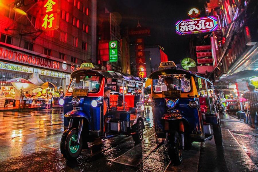 潮曼谷。嘟嘟車遊老曼谷。搖滾自助餐。入住一晚潮牌酒店六日 《含稅》